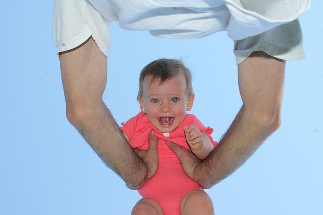 dítě ve vzduchu