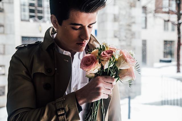 muž s kyticí čekající na svou vyvolenou