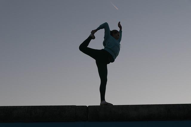 silueta cvičící ženy