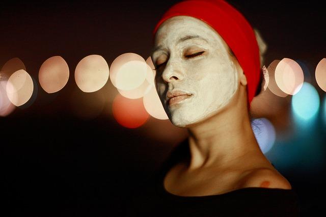 relaxující žena s maskou na obličejí