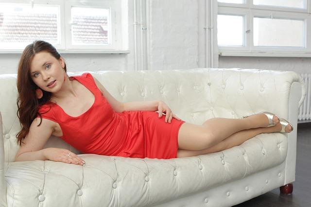 štíhlá žena na pohovce