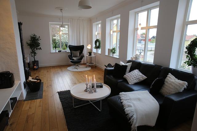 běžný obývací pokoj