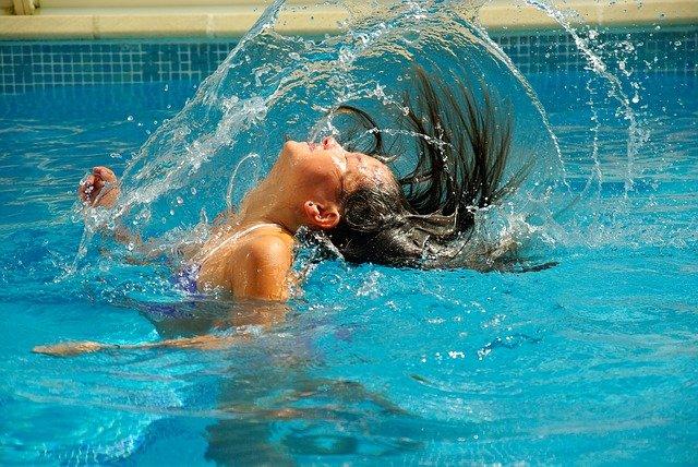 holka v bazéně