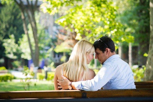 zamilovaní na lavičce