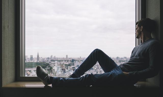 odpočinek na parapetu