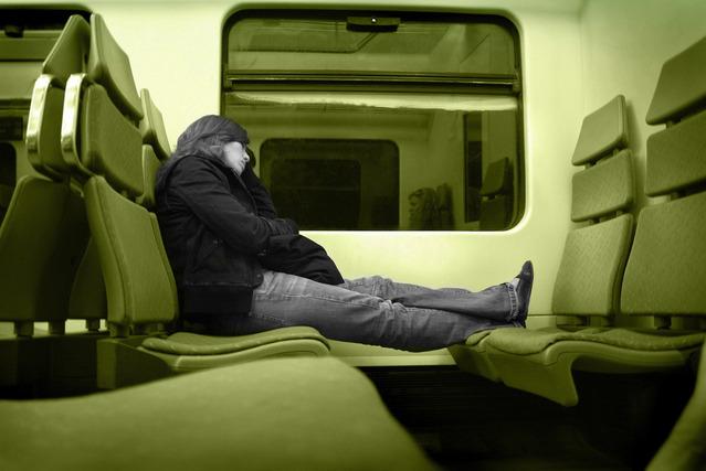 nepohodlné sezení ve vlaku