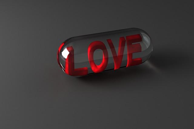 pilulka průhledná nakreslená a v ní je červený název love, šedé pozadí
