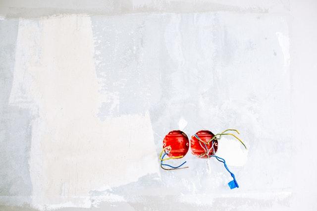 dvě díry ve stěně na zásuvky