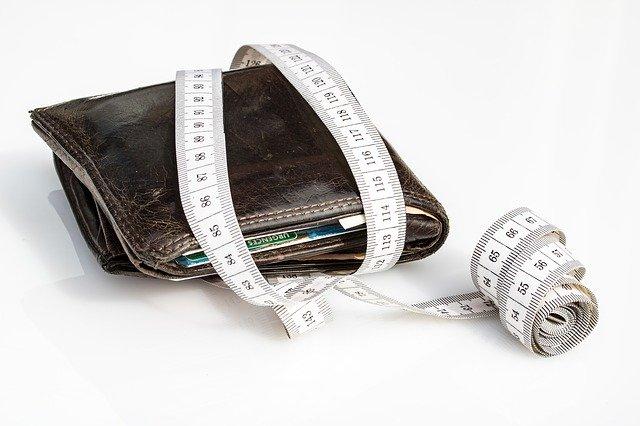 peněženka přetažená krejčovským metrem