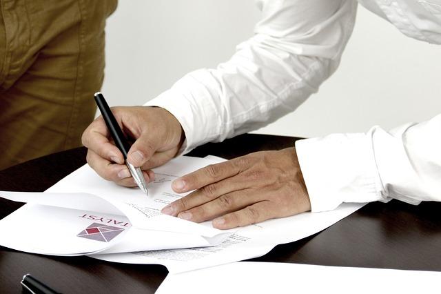 mužské ruce podepisující smlouvu