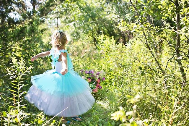 v šatech v zahradě